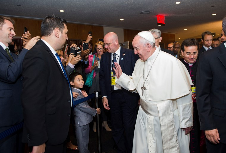 Pope Francis at UN Lobby greeting UN staffers. Photo: The AfricaPaper/Alie Sheriff.