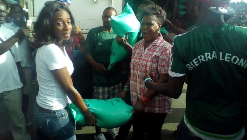 Helping Freetown's Flood Victims. Photo: (c) The AfricaPaper/Abubakarr Kamara.