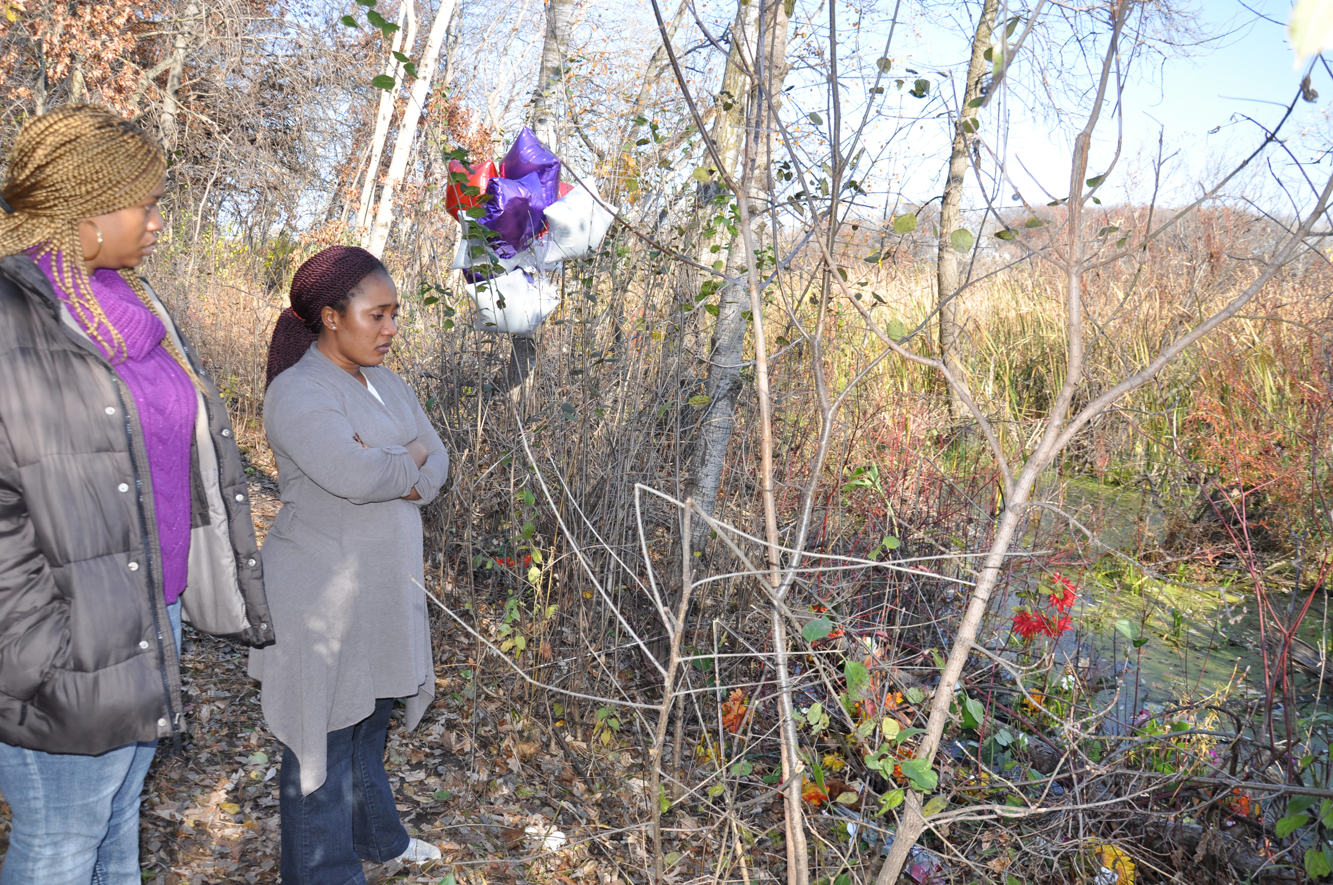Mourners placed flowers at the site. Photo: The AfricaPaper/Issa A. Mansaray