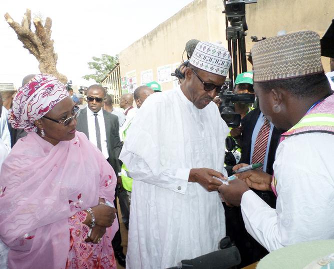 General Muhammadu Buhari (center)