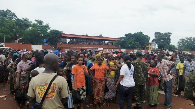 Flood victims waiting for help. Photo: Abubakarr Kamara/The AfricaPaper, (c) Freetown, 2015