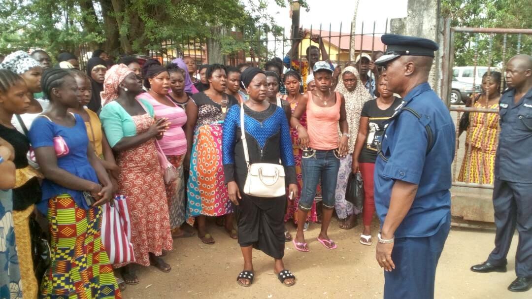 AIG South addressing traders whose stalls and kiosks were vandalized. Photo: Abubakarr Kamara/The AfricaPaper