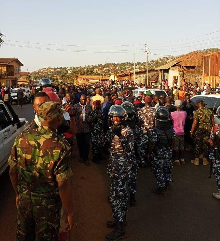Armed police officers surround Maada Bio's house. Photo: Abubakarr Kamara/The AfricaPaper