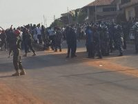 Armed police officers surround Maada Bio's house. Photo: Abubakarr Kamara /The AfricaPaper