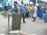 o traders examine their vandalized stalls and kiosks. Photo: Abubakarr Kamara/The AfricaPaper